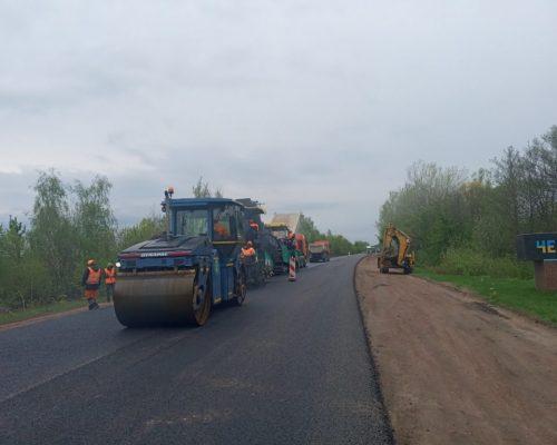 Велике будівництво: на магістралі в напрямку Черняхова влаштовують другий шар покриття