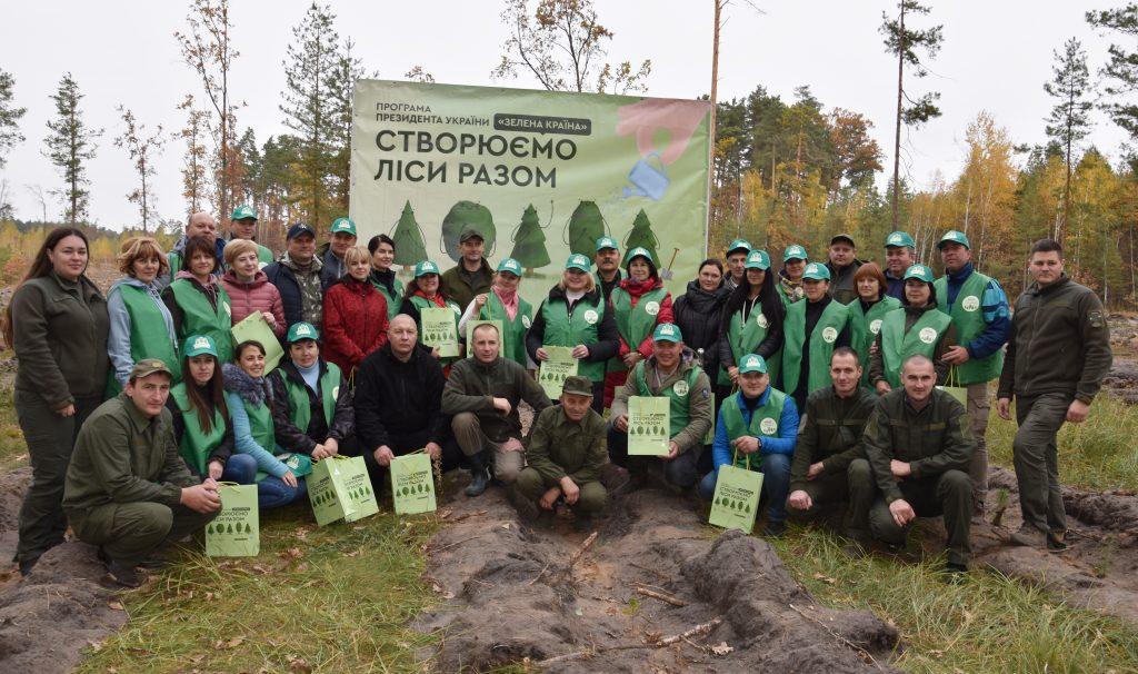 Працівники Житомирської райдержадміністрації долучились до акції «Створюємо ліси разом»